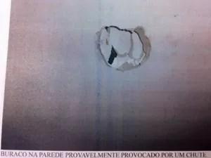 Buraco na parede em apartamento do Chorão (Foto: Reprodução/TV Globo)