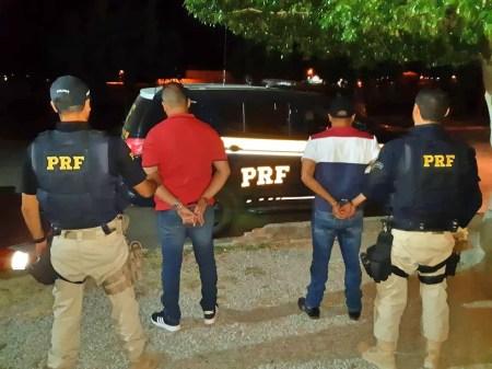 Homens detidos de posse de carro adulterado  — Foto: Divulgação/ PRF