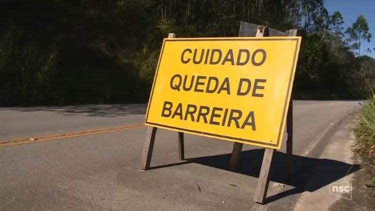 Placas alertam cuidado para os motoristas na SC-108 (Foto: Reprodução/ NSC TV)