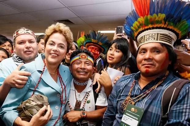 A presidente Dilma Rousseff posou para fotografia ao lado de índios na cerimônia de lançamento dos Jogos Mundiais dos PovosIndígenas (Foto: Roberto Stuckert Filho/PR)