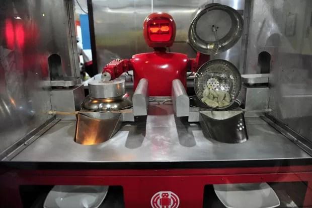 Robôs também cozinham ravioli chinês, preparam massas e fritam verduras (Foto: Sheng Li/Reuters)