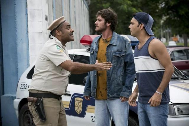 Beto e Ionan são alertados sobre motim das prisioneiras (Foto: TV Globo)