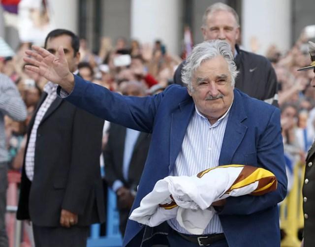 José Mujica acena ao povo em seu último evento oficial como presidente do Urugua (Foto: Reuters/Andres Stapff)