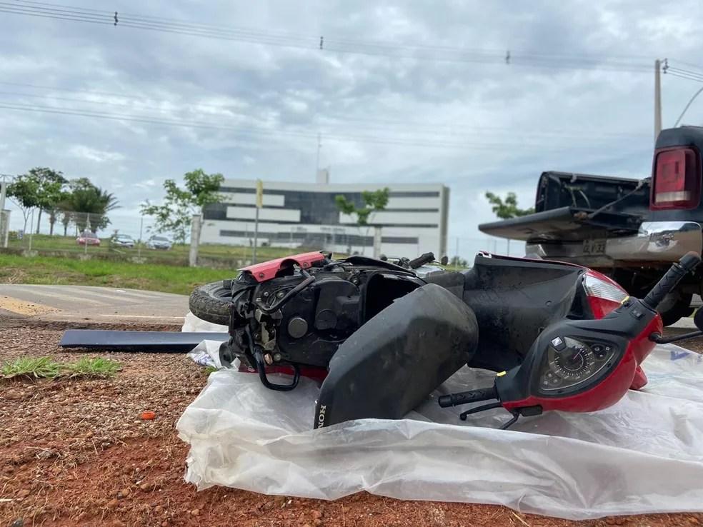 Com moto caída em frente à Cidade da Justiça, representando o acidente, família de Jonhliane pede Justiça — Foto: Tálita Sabrina/Rede Amazônica