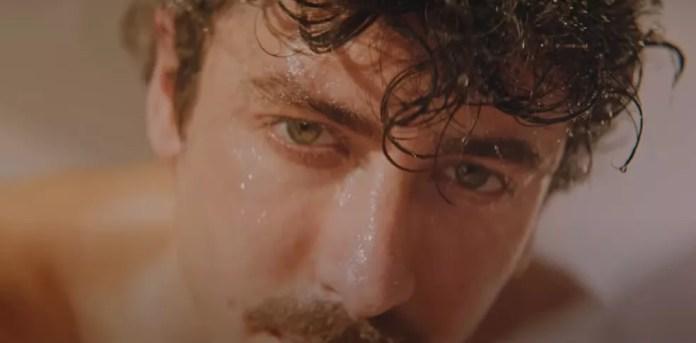 Jesuíta Barbosa no clipe de 'Algo_1' — Foto: Reprodução/YouTube/L_cio