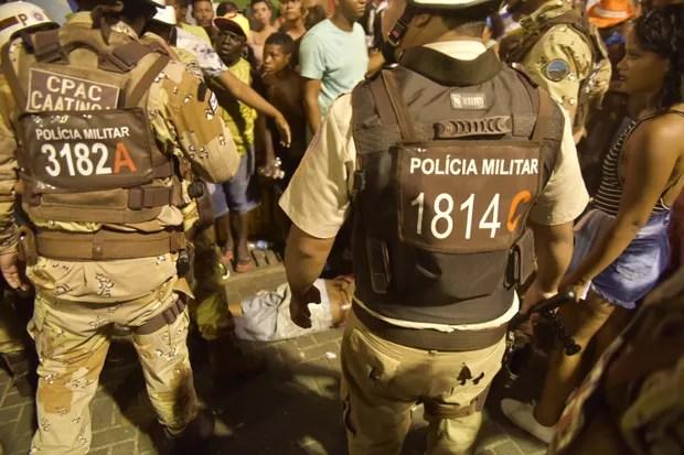 Homem baleado no circuito em Salvador (Foto: Elias Dantas/Ag. Haack)