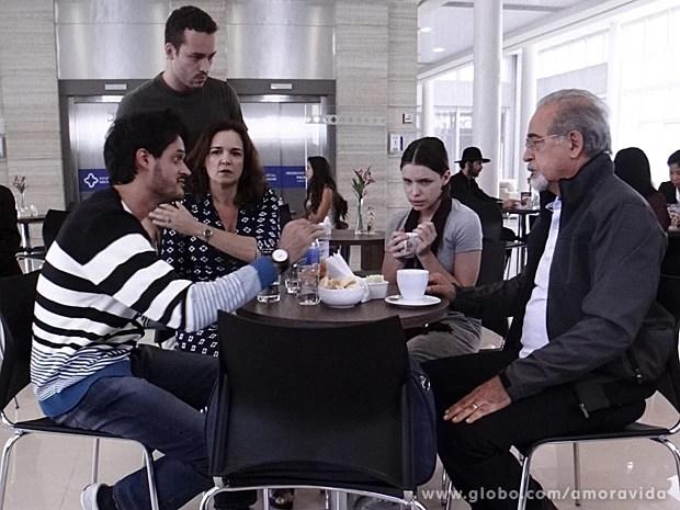 Médico fala com a família sobre Leila (Foto: Amor à Vida / TV Globo)