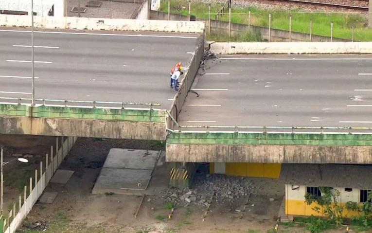 Técnicos observam a parte que cedeu no viaduto da Marginal Pinheiros — Foto: TV Globo/Reprodução