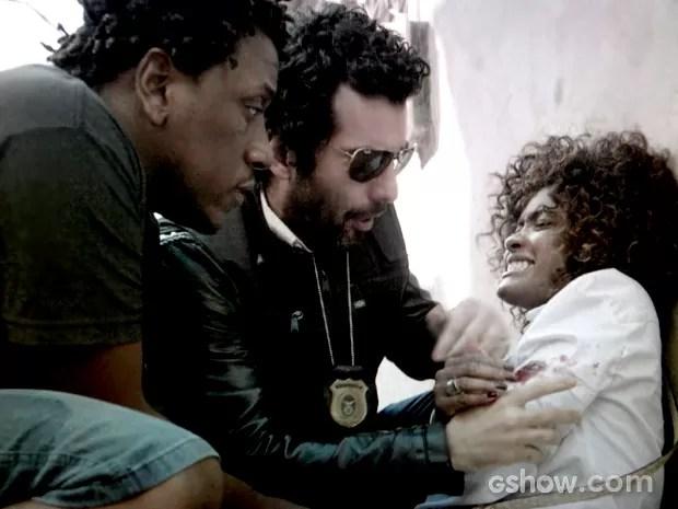 Alice é atingida em operação e Vitor socorre (Foto: Em Família / TV Globo)