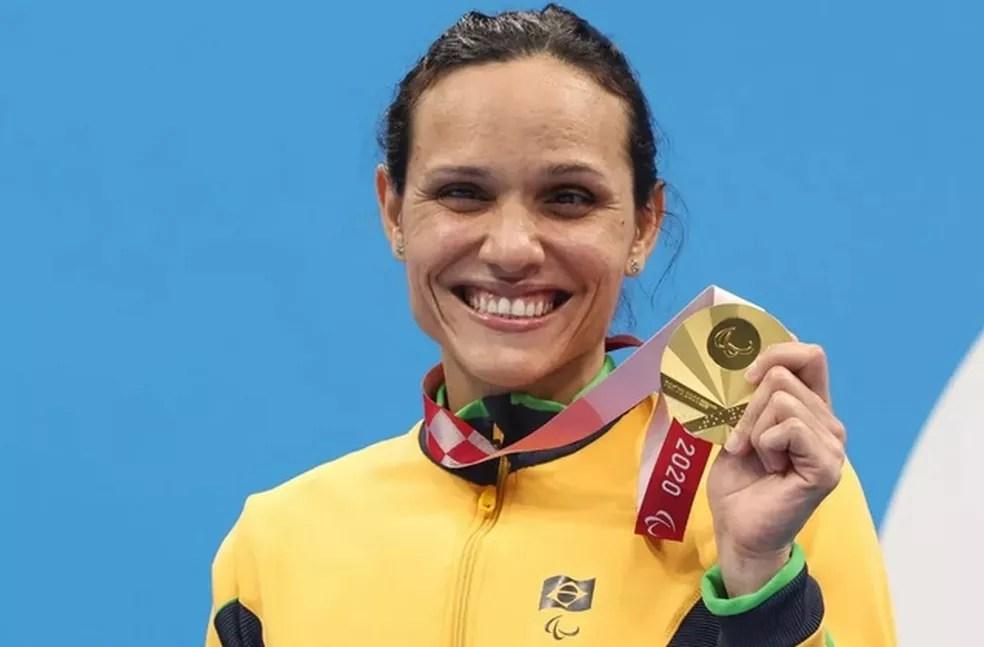 Carol Santiago no pódio com o ouro nos 100 metros livre — Foto: Miriam Jeske/CPB @miriamjeske.photo