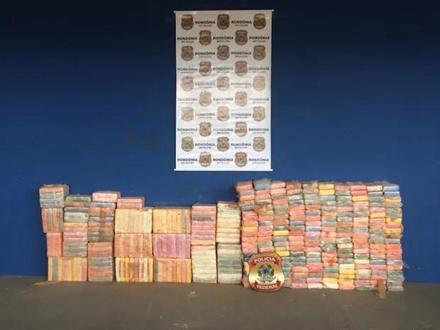 Mais de 300 quilos de cloridrato de cocaína estavam escondidos em fundo falso de carreta (Foto: Nano Labajos/ Rondônia em Pauta)