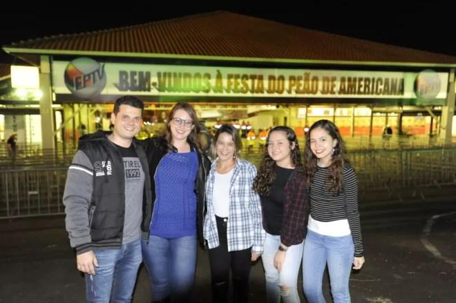 Família de Nova Odessa (SP) marca presença na primeira noite da Festa do Peão do Americana — Foto: Júlio César Costa/G1