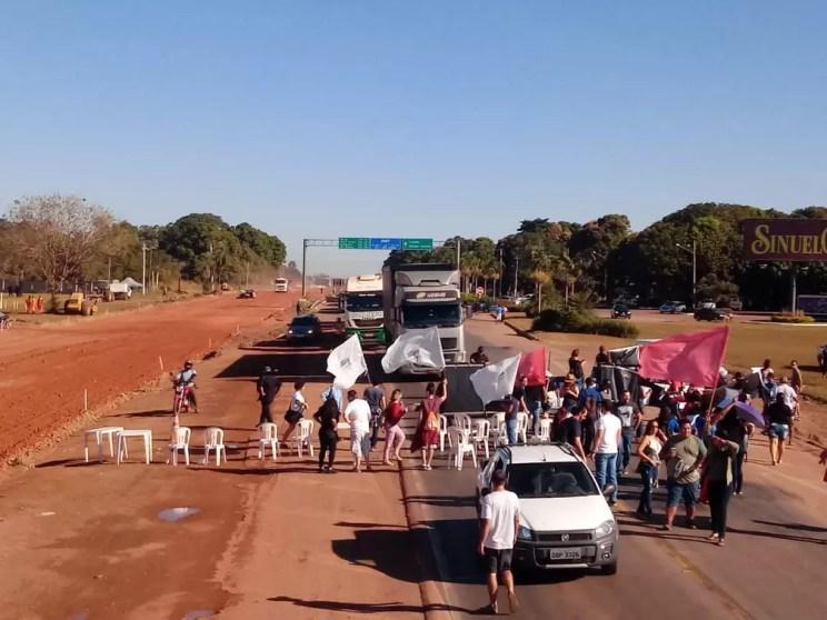 Em greve há quase 1 mês, servidores da rede estadual de educação protestaram em Cuiabá — Foto: Sintep-MT/Assessoria