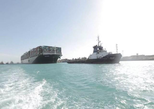 O meganavio de contêineres Ever Given navega pelo canal de Suez nesta segunda-feira (29) após desencalhar e desobstruir a principal ligação marítima entre a Ásia e a Europa — Foto: Autoridade do Canal de Suez via AP