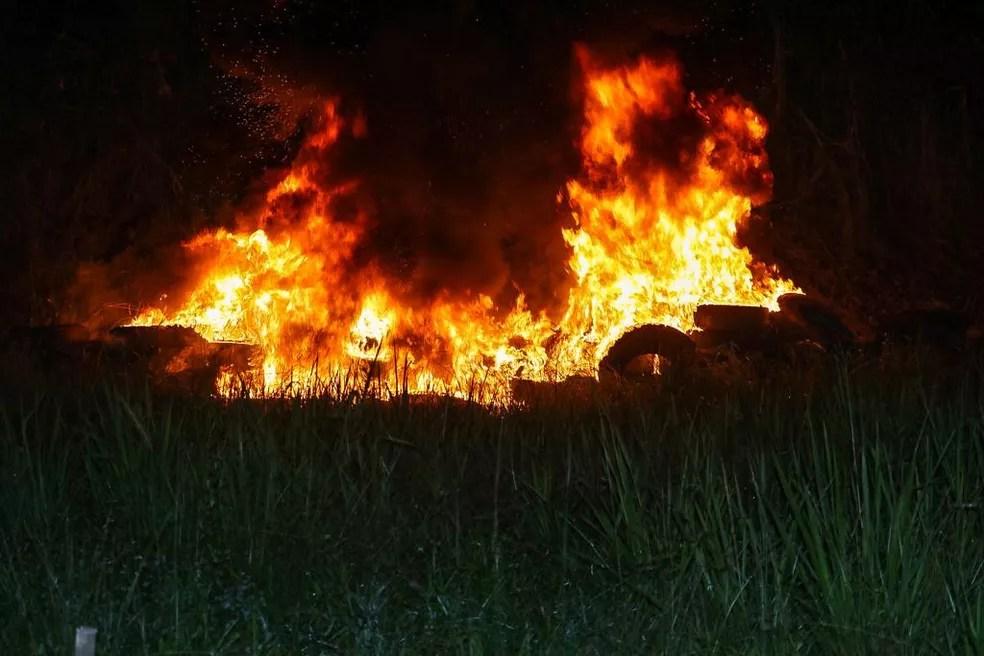 Fogo começou em pilhas de pneus, segundo os bombeiros  — Foto: Asscom/Bombeiros