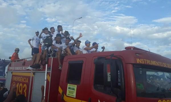 Jogadores do CSA desfilam no carro do Corbo de Bombeiros — Foto: Lucas Mendes / GloboEsporte.com