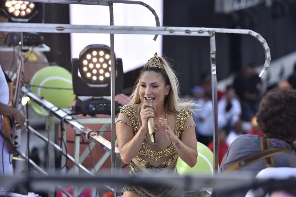 Com uma coroa, Claudia Leitte se apresenta no primeiro dia oficial do Carnaval de Salvador (Foto: Elias Dantas/Ag. Haack)