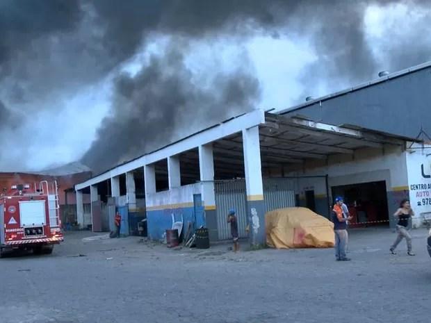 Galpão pegou fogo às margens da BR-101, na Serra, Espírito Santo (Foto: Reprodução/ TV Gazeta)