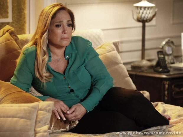 Sozinha no quarto, Pilar chora a dor da traição de César (Foto: Amor à Vida/TV Globo)