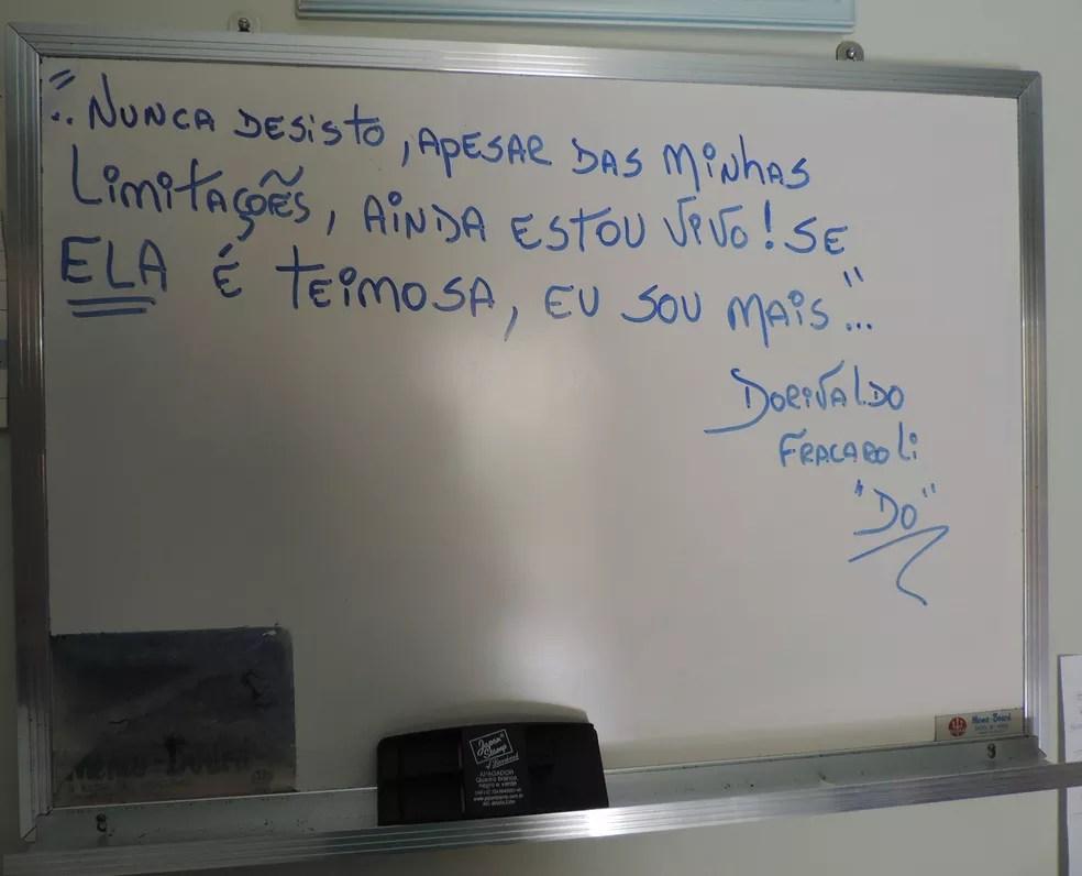 Aposentado escreveu uma mensagem sobre a doença (Foto: Renata Marconi/G1)