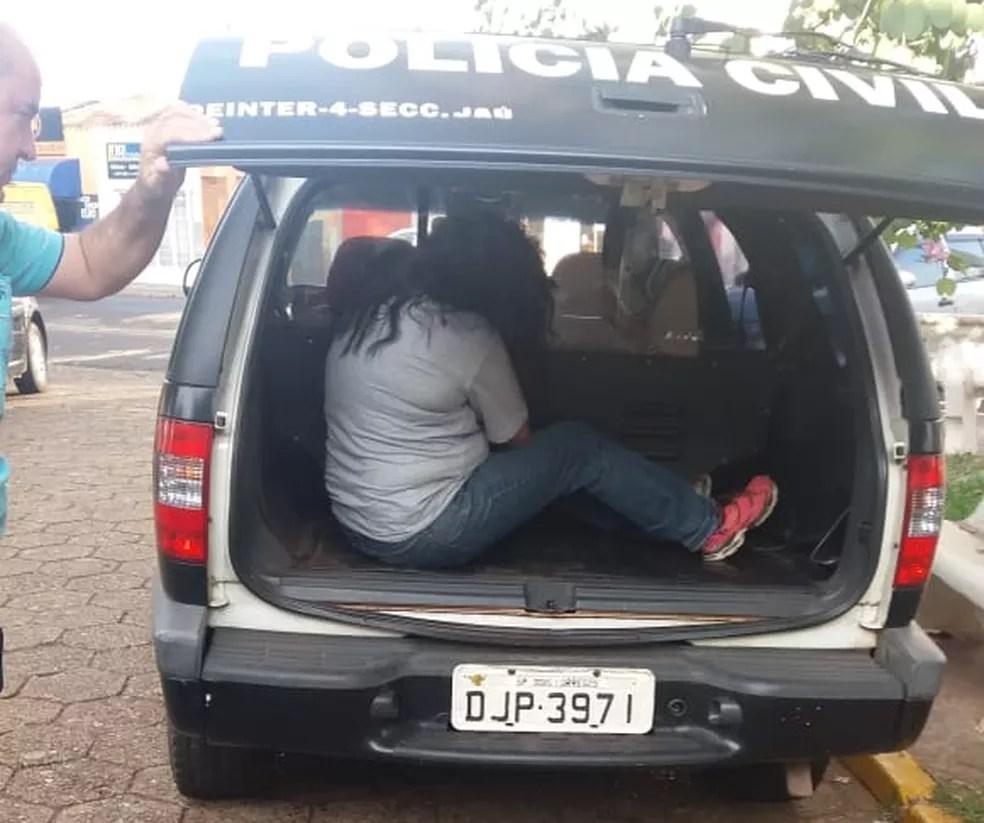 Mulher foi presa e encaminhada para a cadeia de Pirajuí  (Foto: Polícia Civil/ Divulgação )