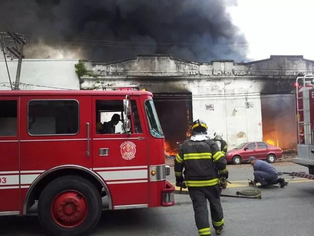 Incêndio atinge loja no Centro de Santos, SP (Foto: Nina Barbosa/G1)