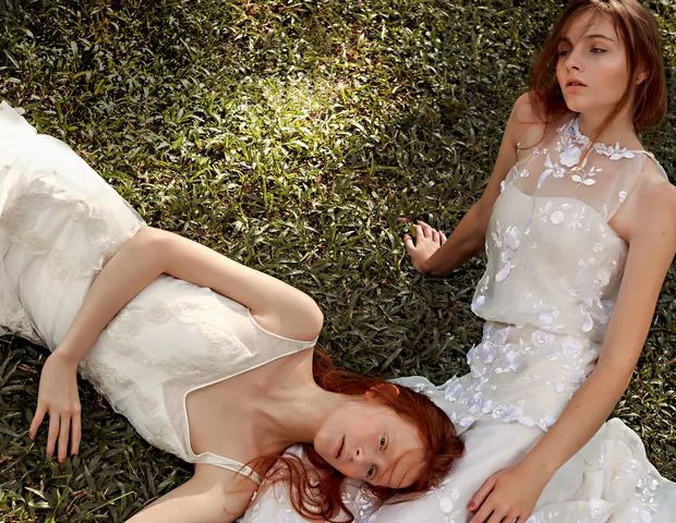 À esquerda, vestido de organza com aplicações de flores bordadas em linha de seda (R$12.500) Candy Brown. À direita, vestido de tule com aplicações bordadas de linha de seda (R$ 13.400) Emannuelle Junqueira (Foto: Bruna Castanheira)
