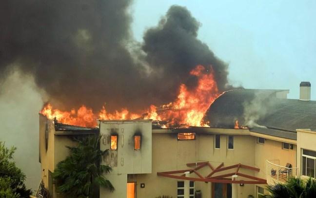 Casa perto do Lago Malibu é destruídas pelas chamas — Foto: Ringo H.W. Chiu / AP Photo