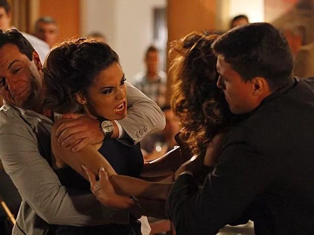 Morena desconta toda sua raiva em Wanda (Foto: Salve Jorge/TV Globo)