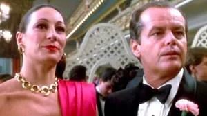 A história de uma família mafiosa de Nova York chefiada pelo poderoso e velho Prizzi. Um de seus protegidos apaixona-se por uma contratada do grupo, assassina profissional, assim como ele. Oscar atriz coadjuvante.