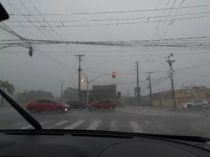 Registro da chuva na manhã desta segunda-feira (1º), em João Pessoa — Foto: Krystine Carneiro/G1