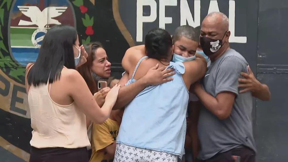 Raoni Lázaro deixa cadeia — Foto: Reprodução/TV Globo