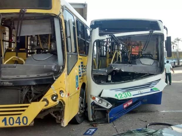 Após a colisão, os dois ônibus ficaram danificados (Foto: Jonathan Pereira/WhatsApp)