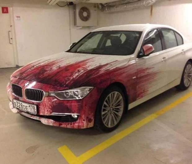 Pintura feira em 'carrão' cria efeito de 'atropelamento' ao mostrar manchas de sangue (Foto: Reprodução/Imgur/oPHILcial)