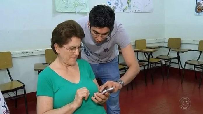 O professor e auxiliar financeiro Jonas Alexandre Benevenuto foi o idealizador do curso: objetivo é ajudar (Foto: TV TEM/Reprodução)