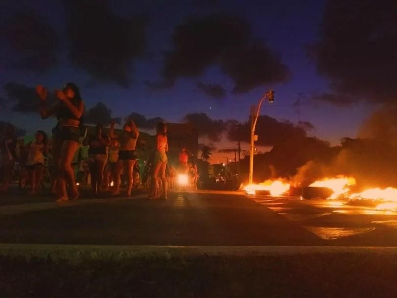 Manifestantes queimaram pneus em protesto por morte de menina de 11 anos em Natal — Foto: Acson Freitas/Inter TV Cabugi