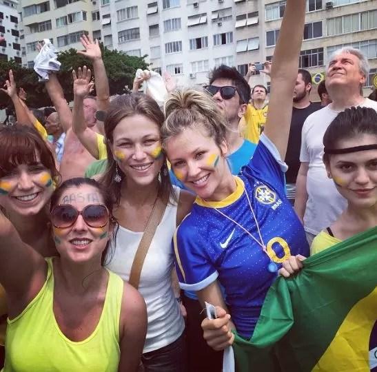 Ellen Jabour, Jessika Alves e amigos em manifestação anti-Dilma (Foto: Instagram / Reprodução)