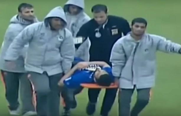 Leandro Padovani deixa campo de maca: atendimento recebido pelo brasileiro não foi o adequado — Foto: Reprodução/TV Globo
