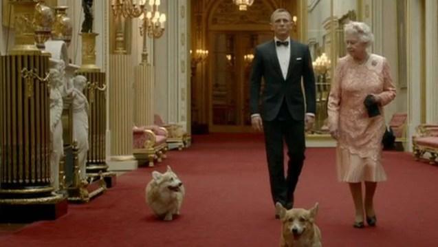 A Rainha Elizabeh, seus corgis e 007 (o ator Daniel Craig) no filme da abertura dos Jogos Olímpicos de 2012 (Foto: Divulgação)