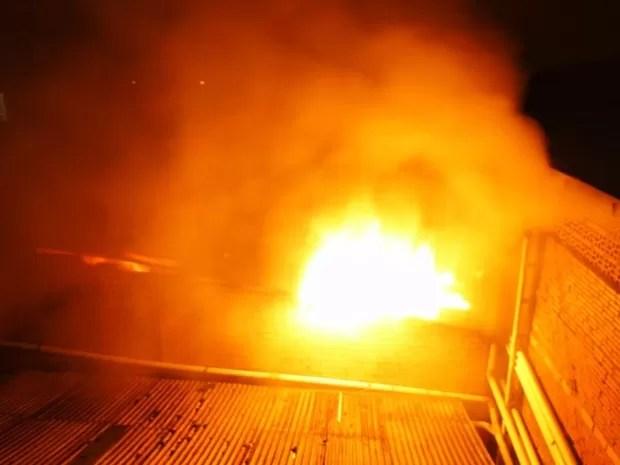Fogo inciou por volta das 22h de segunda (21) (Foto: Portal Éder Luiz/Divulgação)