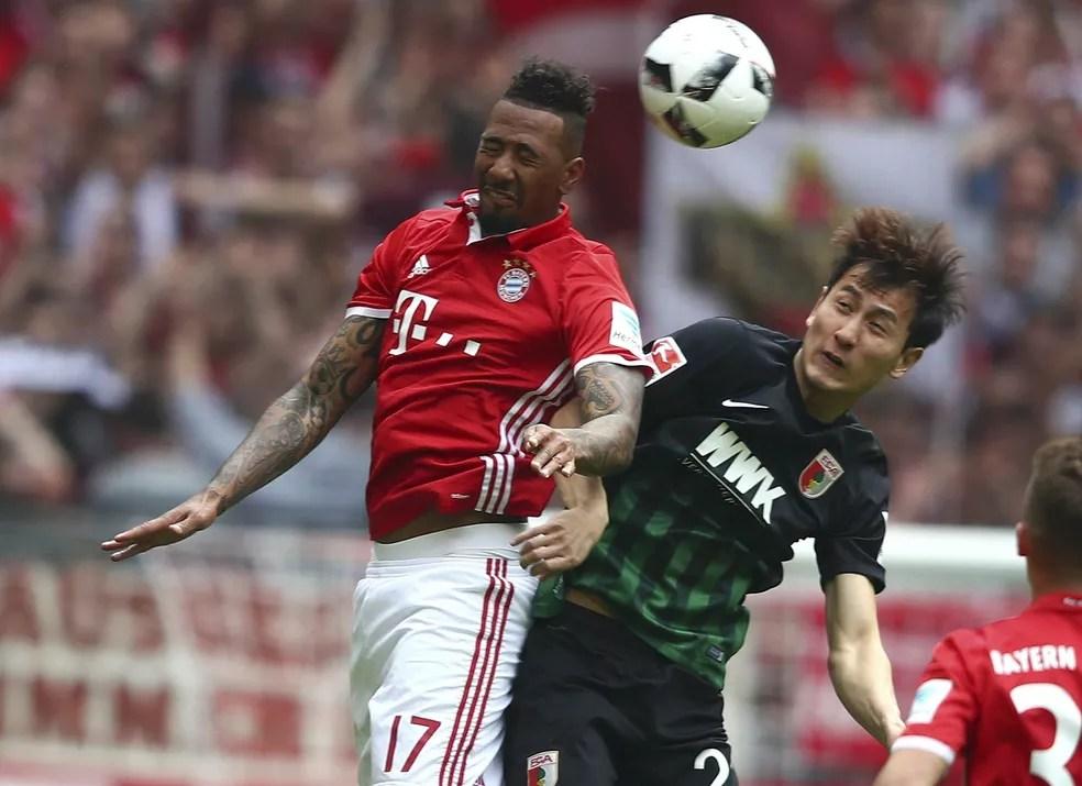 Boateng em ação pelo Bayern diante do Augsburg (Foto: Reuters)
