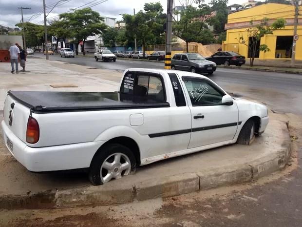 Sem acordo entre dono de prédio e responsável pelo veículo, carro acabou sendo fixado ao concreto.  (Foto: Henrique Stênio/Tv Globo)