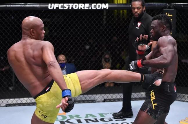 Anderson Silva golpeia Uriah Hall — Foto: Getty Images