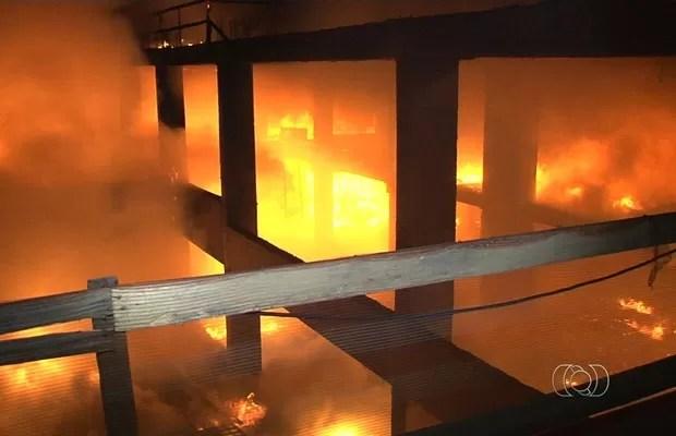 Bombeiros levaram cerca de 5h para controlar as chamas em obra do TRT, em Goiás (Foto: Reprodução/TV Anhanguera)