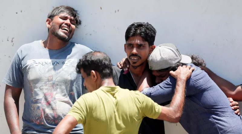 Parentes de vítimas choram perto de igreja no Sri Lanka — Foto: Dinuka Liyanawatte/Reuters