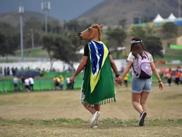 Homem com uma máscara de cavalo chega para a competição de Cross Country no  Centro Olímpico 4921937f51