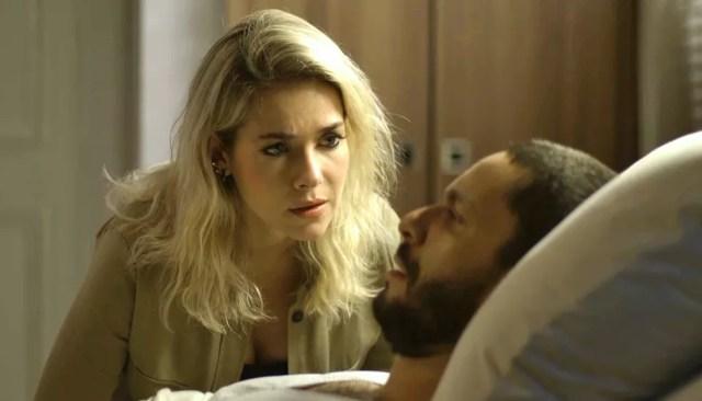 Em 'A Dona do Pedaço', Yohana (Monique Alfradique) fica chocada com as revelações de Téo (Rainer Cadete) — Foto: Globo