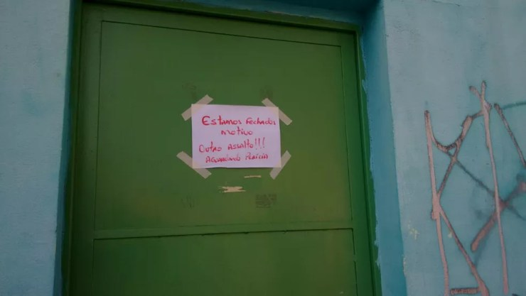 Bilhete foi deixado na porta da UBS para avisar os pacientes (Foto: Rafael Fachim/TV TEM)