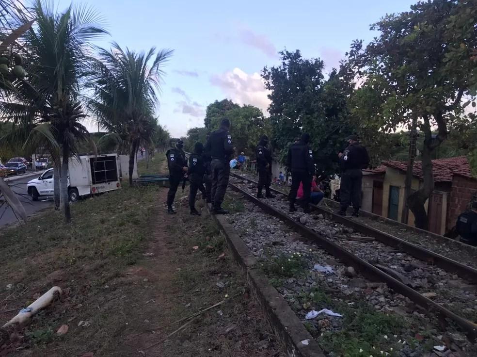 Policiais guardam local de crime na comunidade do Mosquito, na Zona Oeste de Natal, onde aconteceu uma chacina na madrugada desta terça (2). — Foto: Keber Teixeira/Inter TV Cabugi