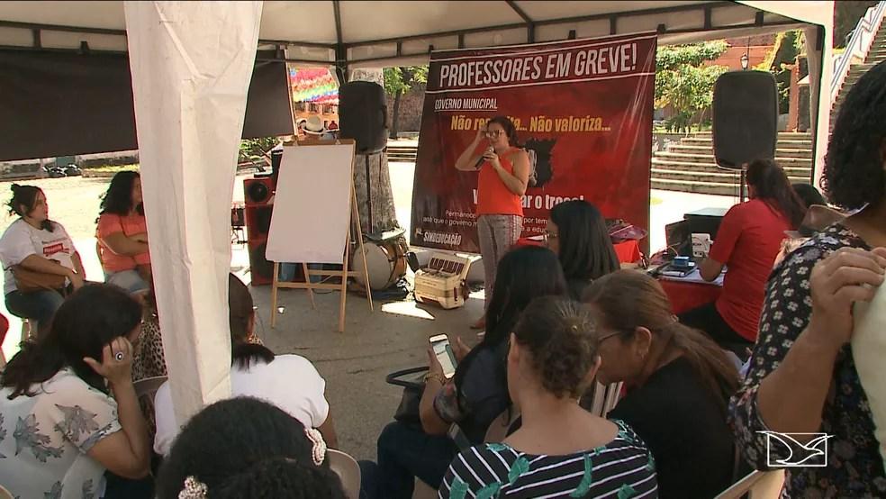 Professores da rede municipal de São Luís fizeram um ato no centro da cidade (Foto: Reprodução/TV Mirante)
